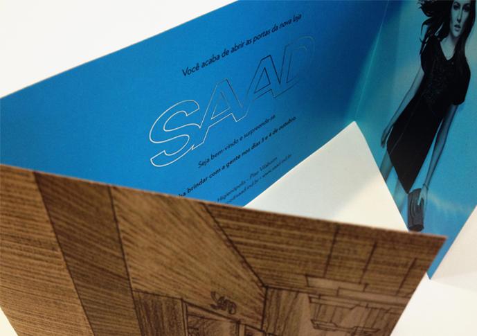 Detalhe do interior do convite com aplicação de Hot stampping prata na marca