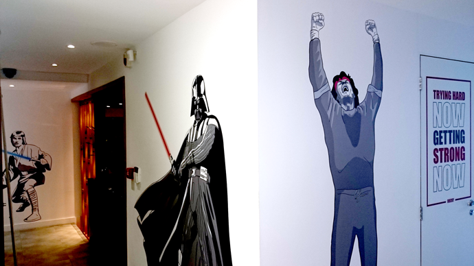 Personagens se encontram pelas paredes do escritório